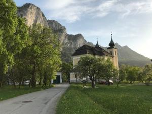 Die Kirche von Sankt Lorenz am Mondsee mit der Drachenwand